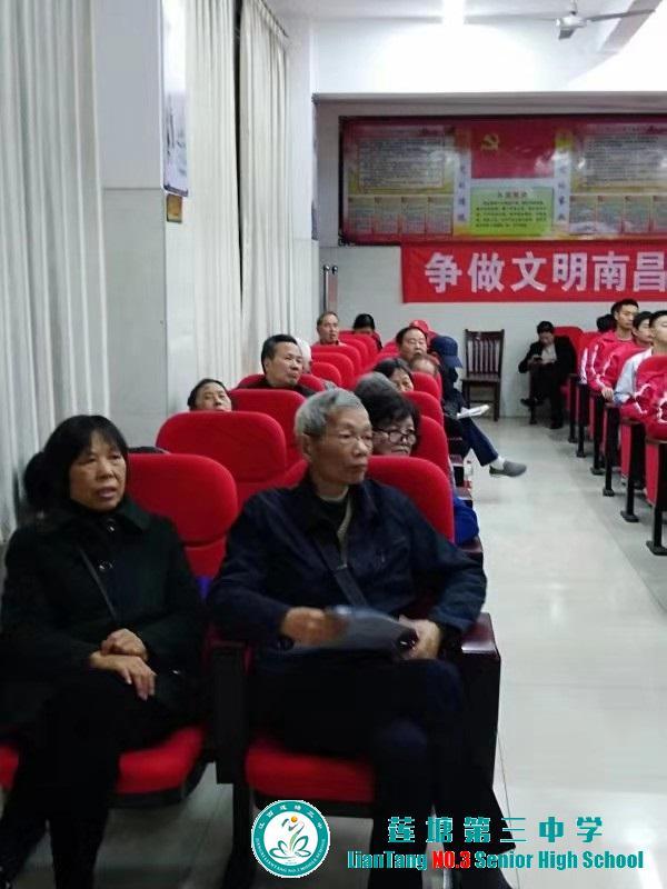 离休教师李龙孙为莲塘三中师生们带来诗词讲座